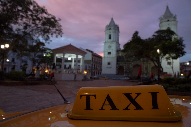 Taxi en plaza Catedral, Casco Antiguo, Panamá